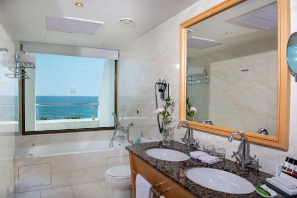 30 PIONEER BEACH HOTEL EXECUTIVE JUNIOR SUITE FRONT SV BATHROOM
