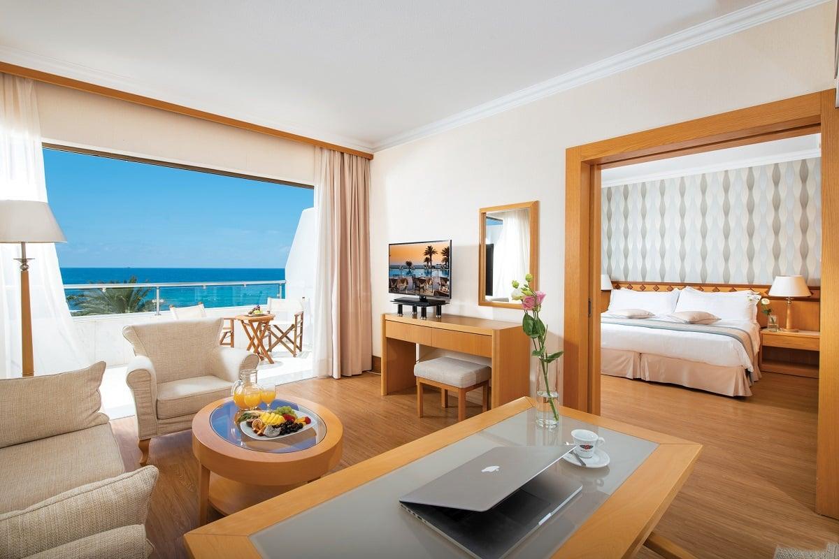 32 PIONEER BEACH HOTEL EXECUTIVE ONE BEDROOM SUITE